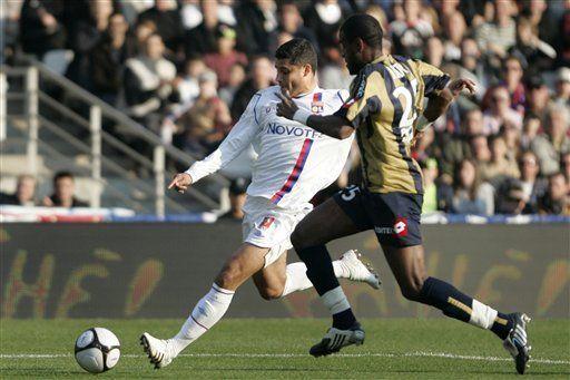 Lyon derrota por 2-0 a Sochaux y se mantiene en primer puesto