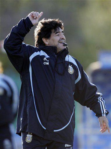 Mundial: Argentina tambalea en la cornisa y Maradona le sopla