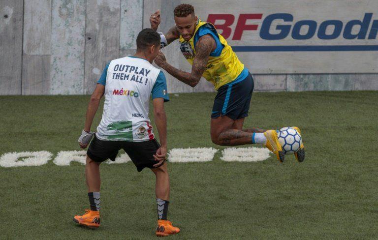 Neymar vuelve a jugar... en campeonato de fútbol de salón
