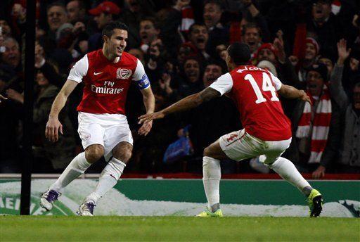 Imparable Van Persie busca devolver al Arsenal a la lucha
