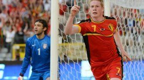 Bélgica derrota 2-1 a Serbia y es líder