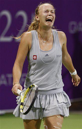 Wozniacki supera calambres para derrotar a Zvonareva