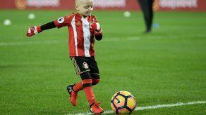 Niño enfermo de cáncer recibe premio al mejor gol de diciembre en Inglaterra