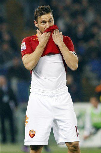 Totti no se irá de la Roma a pesar de insultos