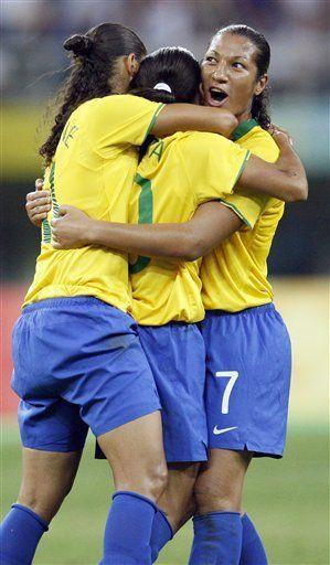 Brasil y EEUU a semifinales en fútbol femenino