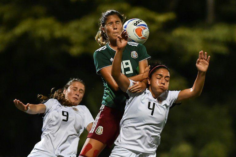 Cabecear en el fútbol es más riesgoso para las mujeres, dice estudio