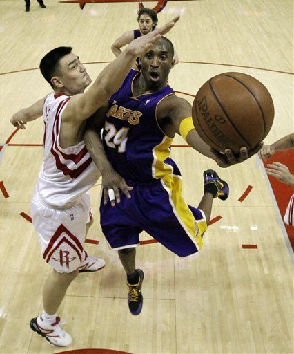 Bryant supera a Artest mientras Lakers ganan a Rockets