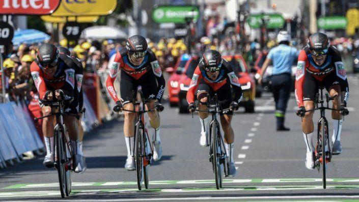 El BMC gana la contrarreloj por equipos y Van Avermaet se viste de amarillo