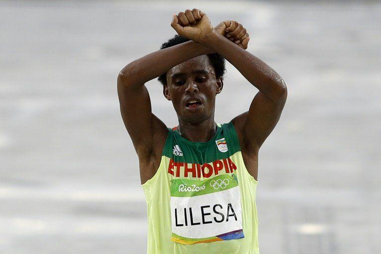Etiopía pide al maratoniano Feyisa Lilesa que regrese a su país