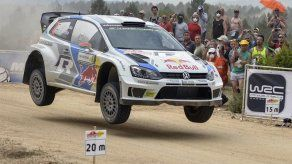 El finlandés Latvala lidera el rally de Cerdeña delante de Ogier