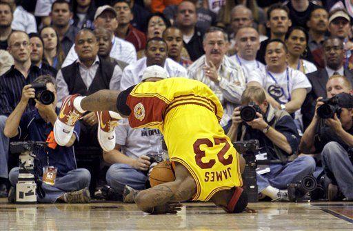 NBA: Cavaliers 119, Suns 111; James: tercer triple-doble seguido