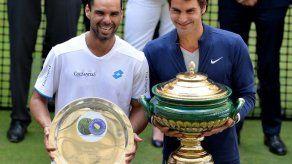 Federer vence a Falla y se corona en Halle