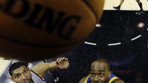 Spurs vence a Warriors y pone serie 3-2