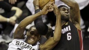 LeBron anota 33 puntos en victoria del Heat