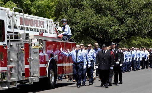 Cientos asisten a funeral de aficionado de los Rangers muerto