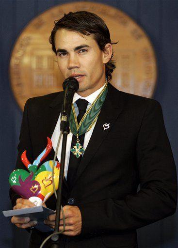 Villegas recibe la máxima condecoración en Colombia