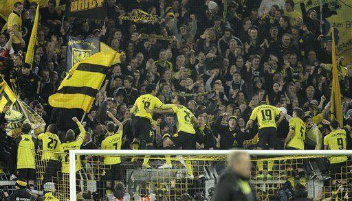 Borussia Dortmund vence 2-0 a Schalke y es puntero en Alemania