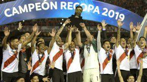 River festeja su tercera Recopa Sudamericana al golear 3-0 al Paranaense