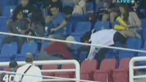 Fanático taiwanés deja caer a su hija para atrapar una pelota