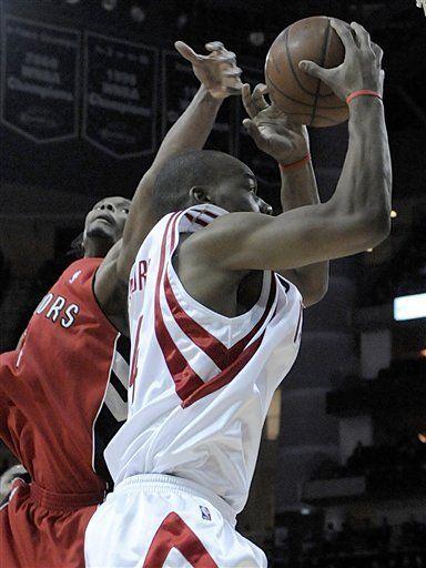 Scola y Rockets aprovechan aglomeración adversaria sobre Yao