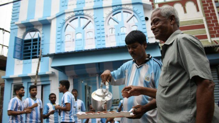 Un admirador de Messi pinta su casa de albiceleste en India