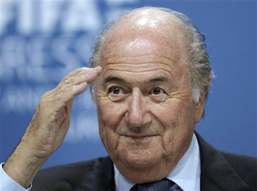 Blatter lamenta sus comentarios sobre racismo, pero no renunciará
