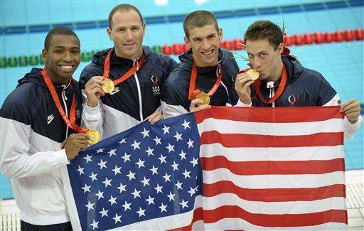 Phelps recibe oxígeno y se da su segundo baño de oro