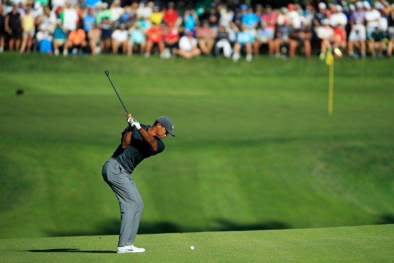 Fowler lidera el Campeonato de la PGA tras primera jornada, Woods sufre