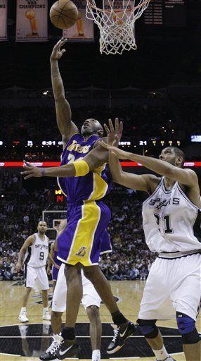 Bryant deslumbra mientras Lakers llegan a los playoffs